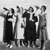 girls-drinking